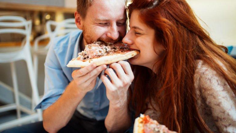 Casal comendo