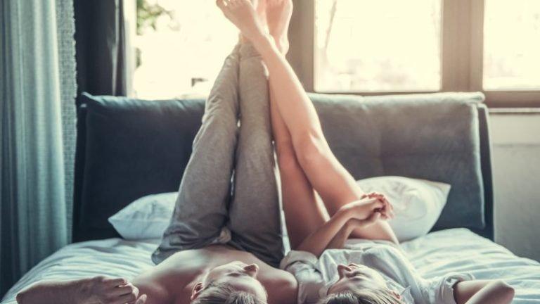 Casal na cama aproveitando
