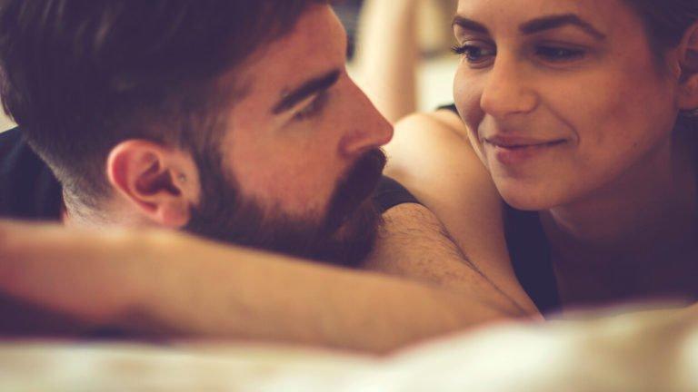 Casal na cama conversando