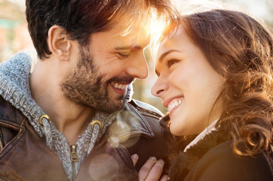 Casal sorrindo juntos