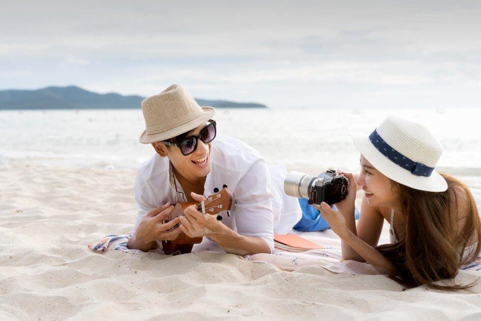 Casal viajando na praia