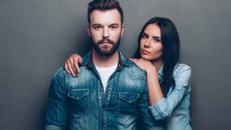 Homem e mulher focados