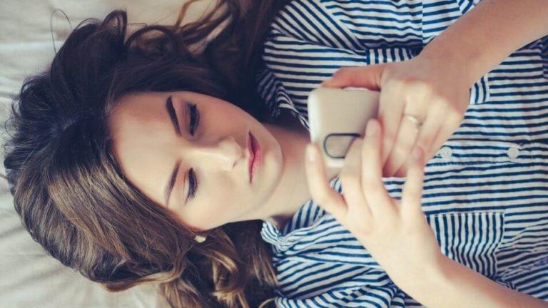 Menina no celular