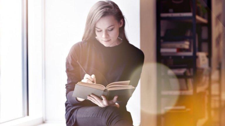 Mulher estudando e lendo