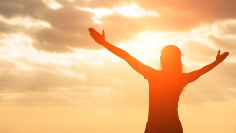 Mulher no sol feliz