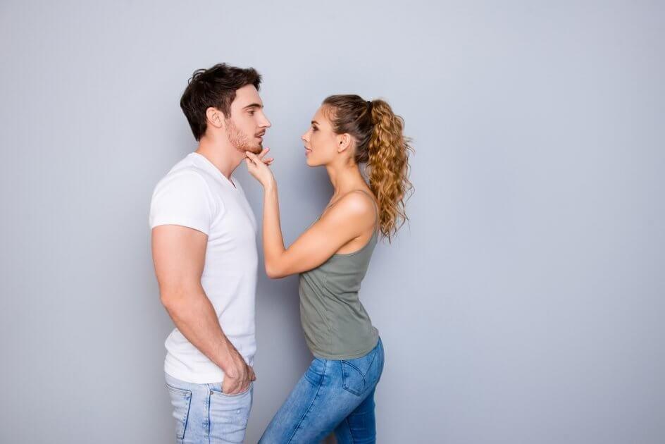 Mulher seduzindo seu marido