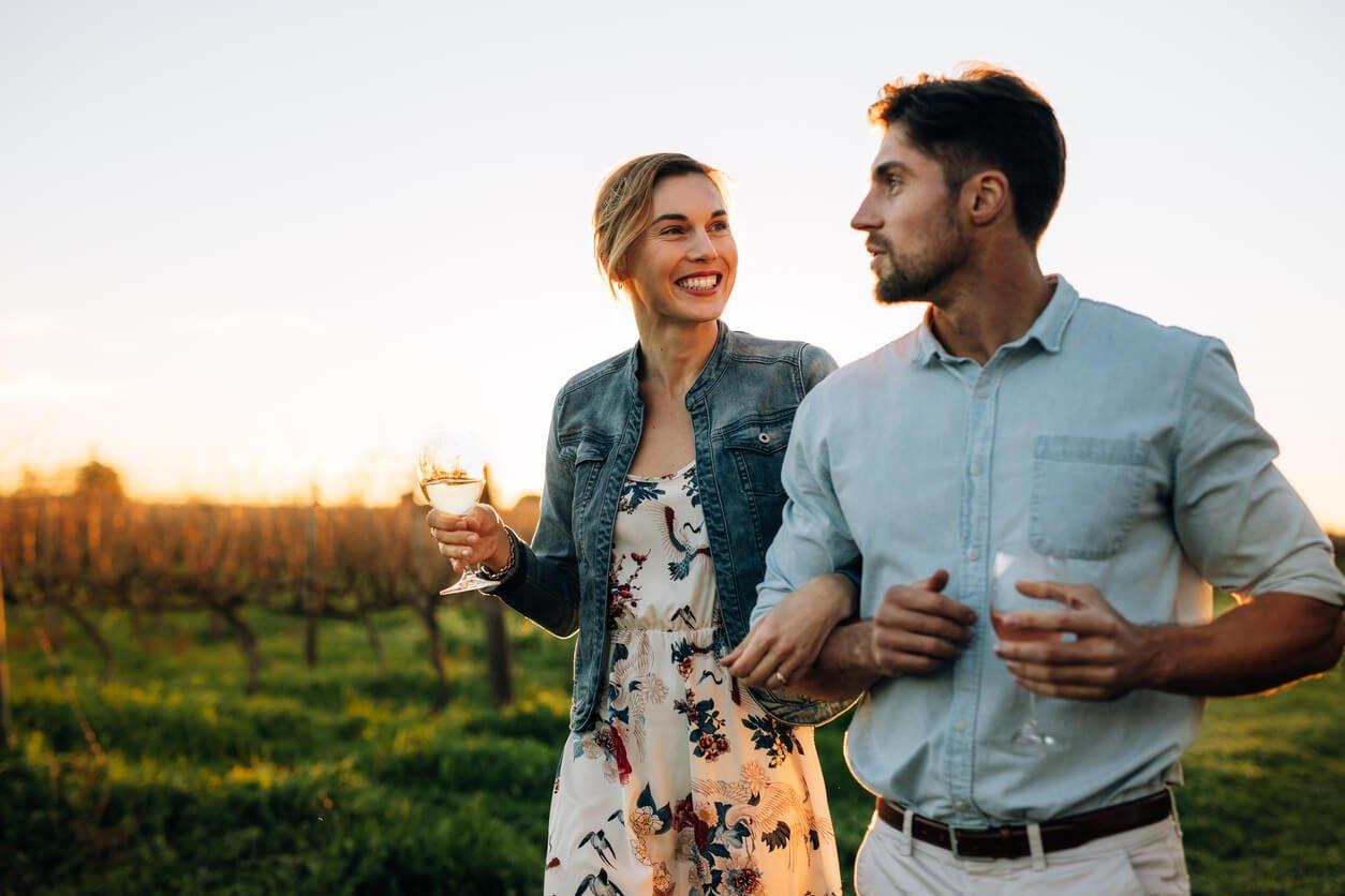 casal feliz viajando