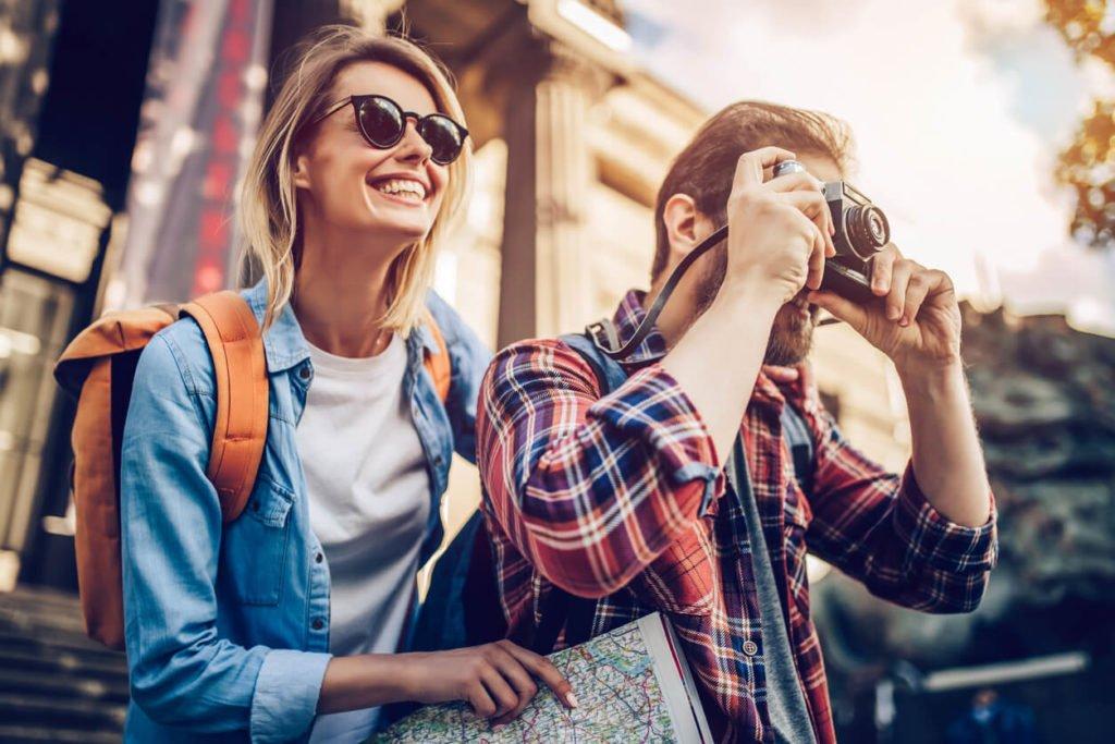 casal junto viajando