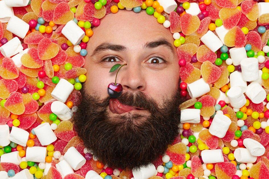 homem cercado de doces