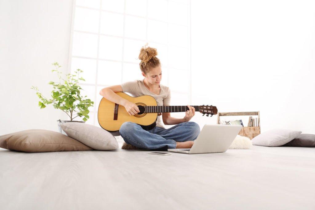 mulher aprendendo musica