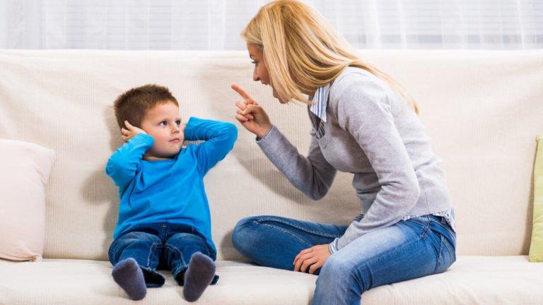 mulher brigando com o filho