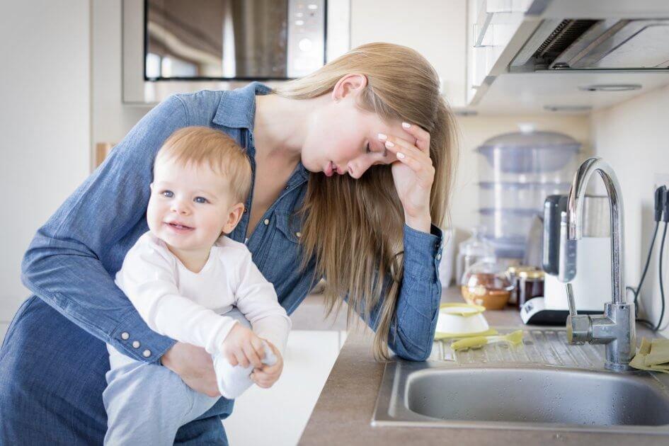 mulher cansada com o filho