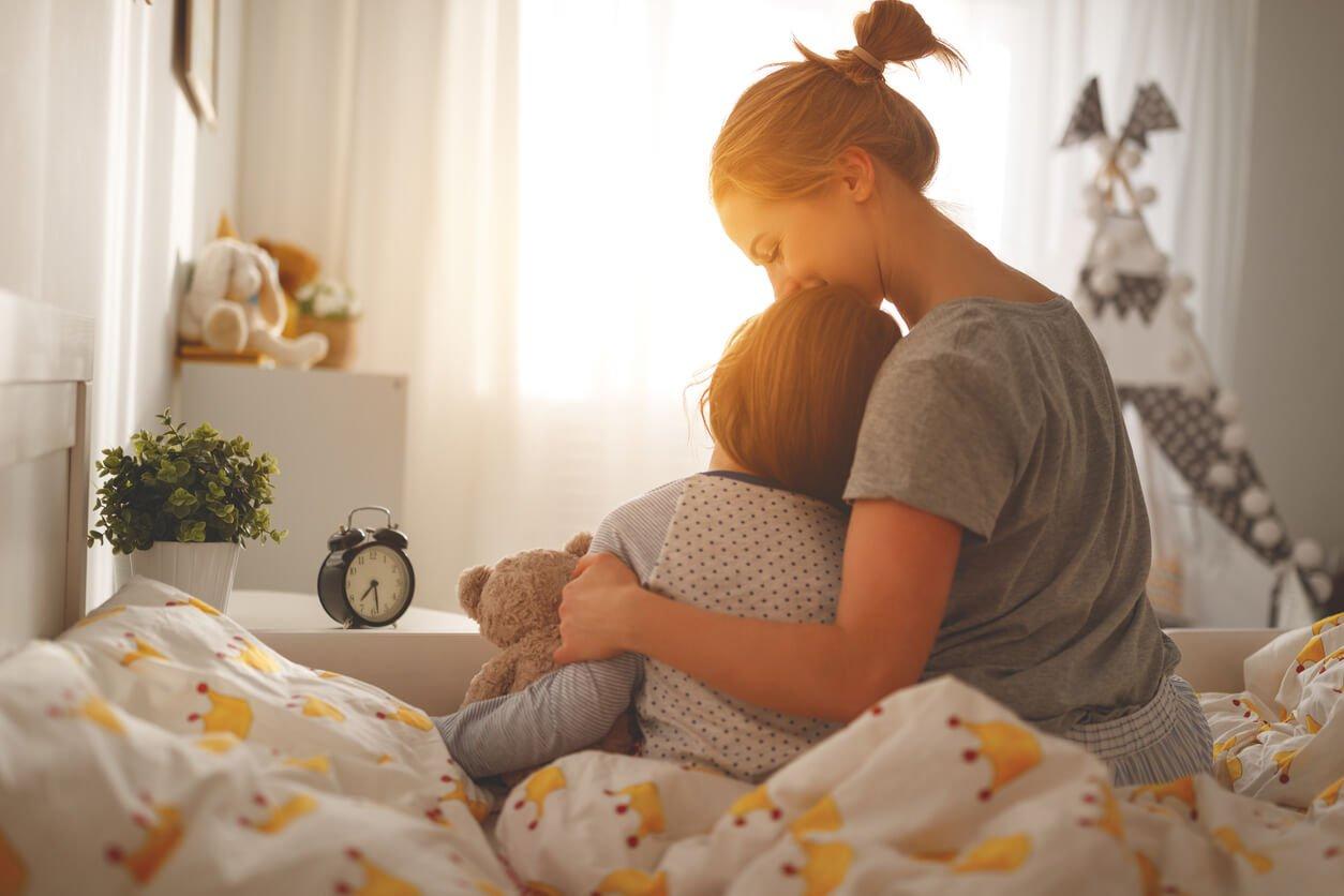 mulher com filho pequeno