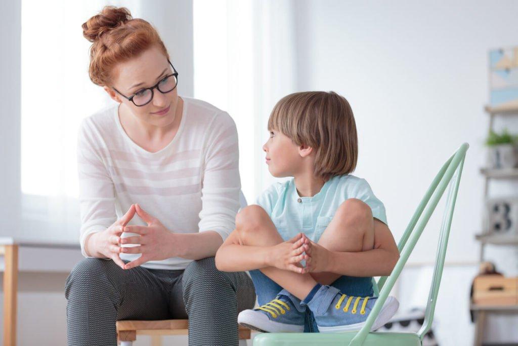 mulher educando filho
