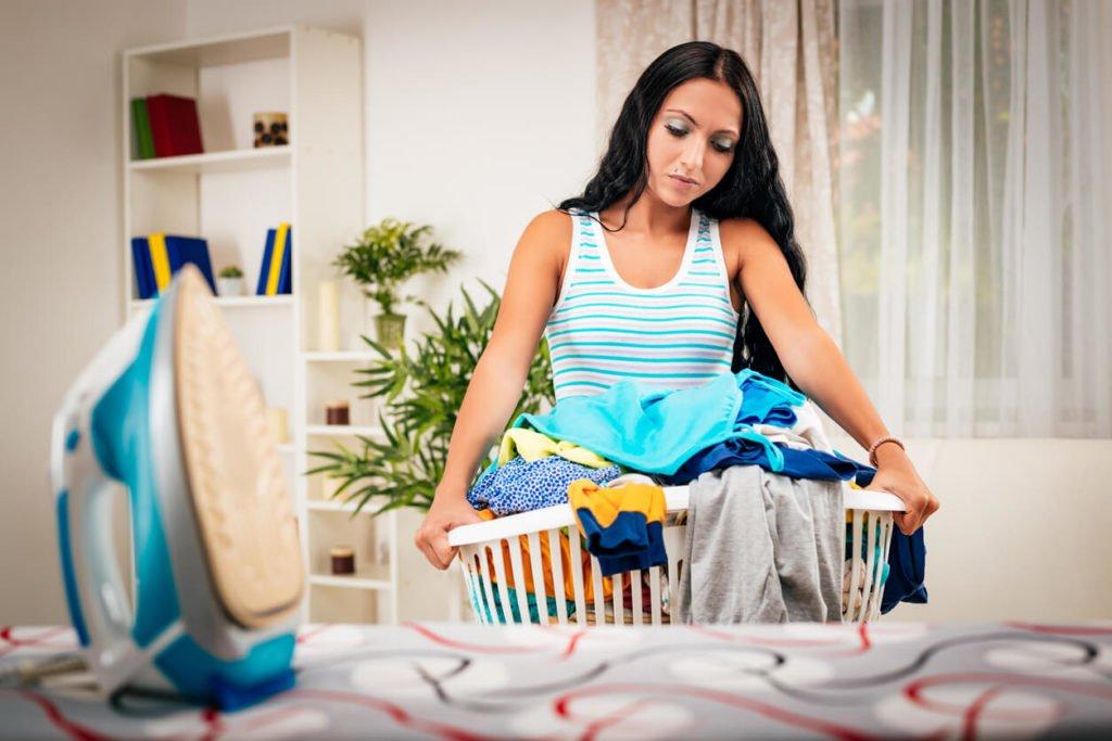 mulher fazendo tarefas de casa