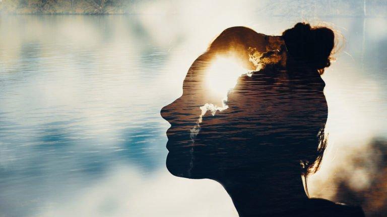 mulher no lago