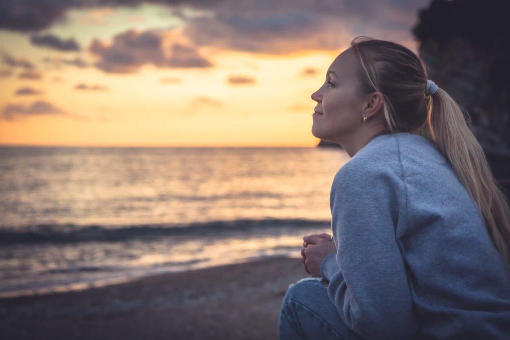 mulher otimista na praia