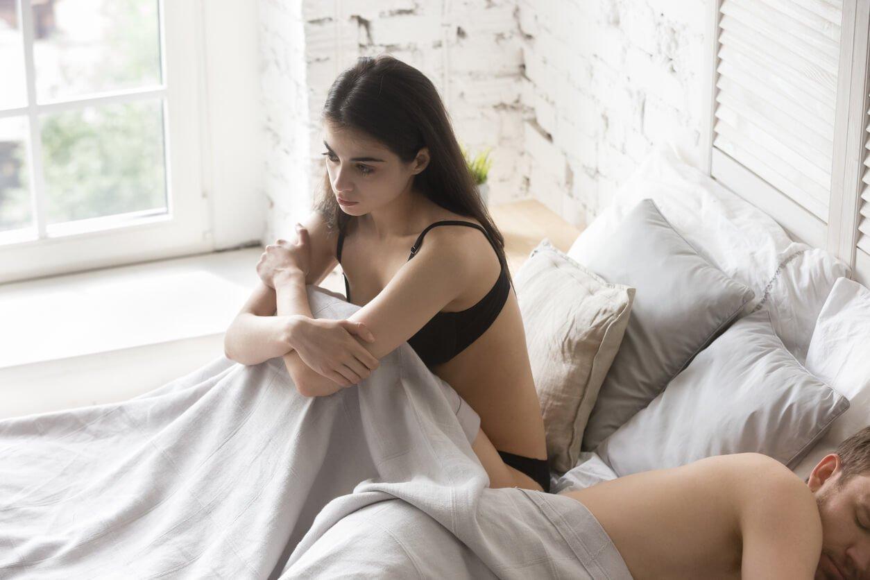 mulher pensativa na cama