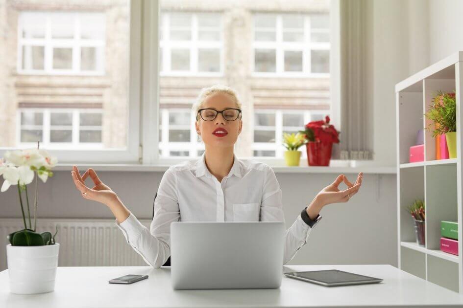 mulher zen no escritorio