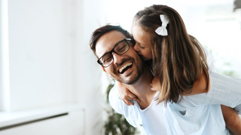 pai brincando com a filha