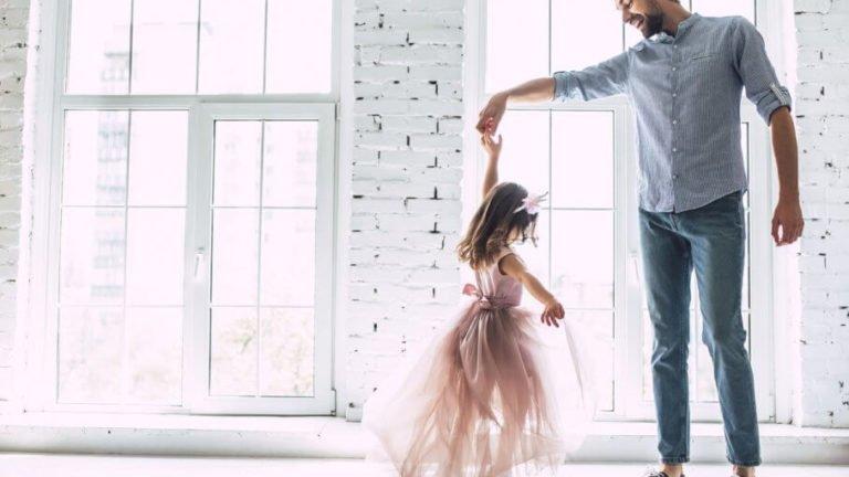 pai brincando com filha pequena
