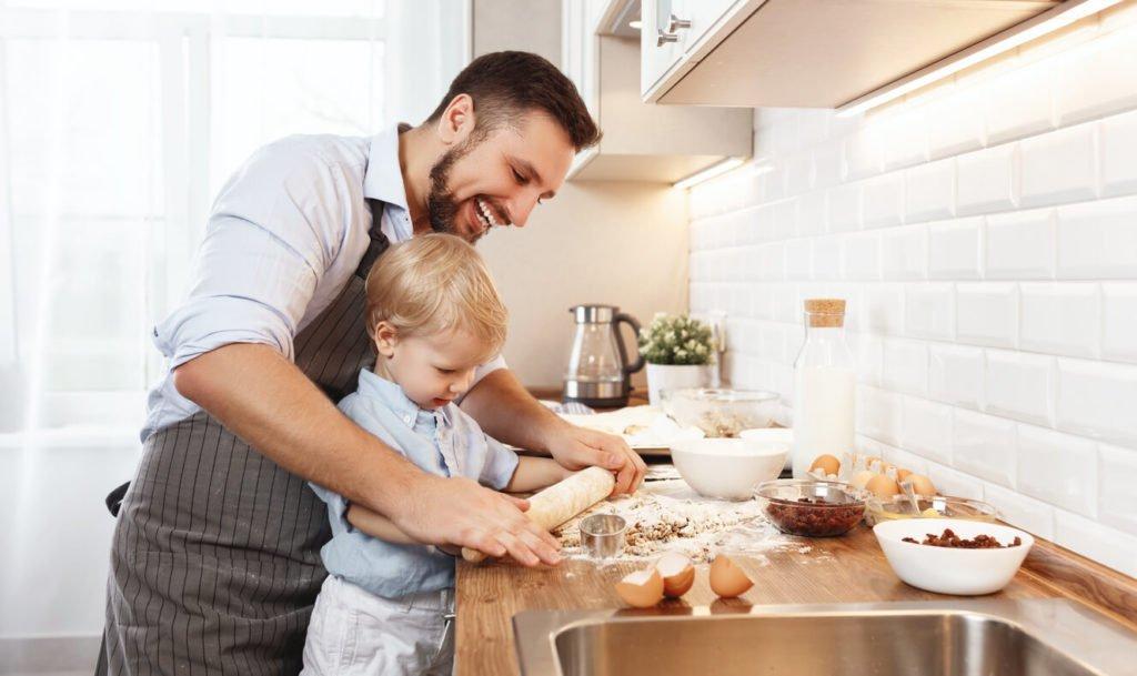 pai ensinando filho a cozinhar