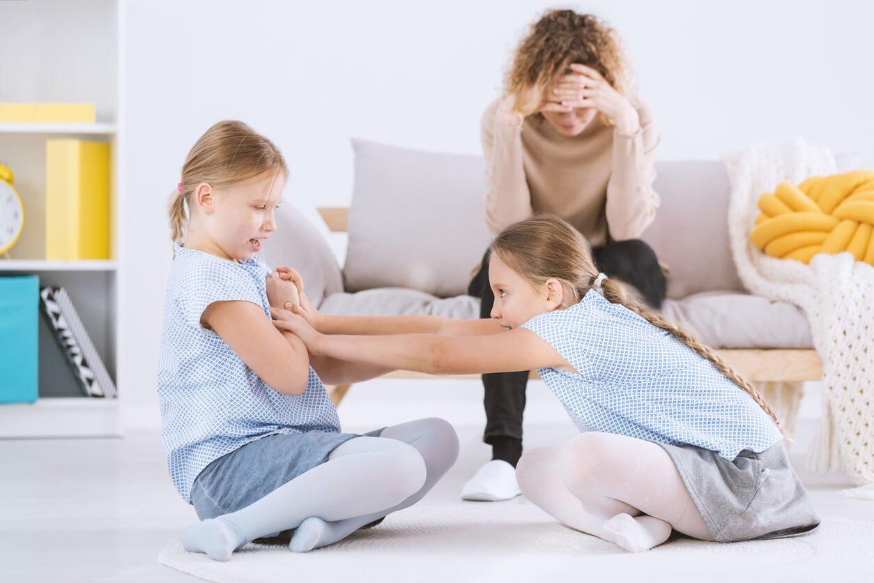 criancas brigando