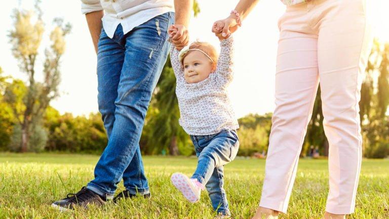 pais ensinando o filho a andar